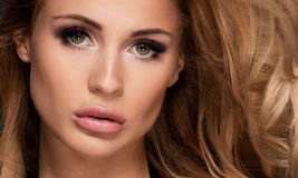 Mooi meisje met glamourmake-up stock foto's