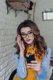 Mooi meisje met glazen in koffie Stock Foto