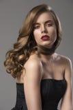 Mooi meisje met golvend haar op schouder en sensueel Royalty-vrije Stock Afbeeldingen