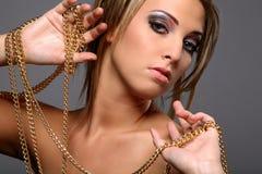 Mooi meisje met gouden ketting Royalty-vrije Stock Afbeeldingen