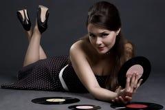 Mooi meisje met grammofoonplaat Stock Foto