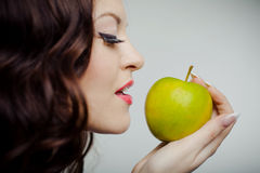 Mooi meisje met groene appel Stock Fotografie