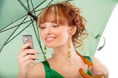 Mooi meisje met groene parasol Stock Foto's