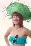 Mooi meisje met groene strohoed, op wit Stock Foto's