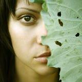 Mooi meisje met grote bladeren op hoofd Royalty-vrije Stock Afbeeldingen