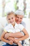 Mooi meisje met haar grootmoeder Royalty-vrije Stock Foto