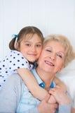 Mooi meisje met haar grootmoeder stock afbeeldingen