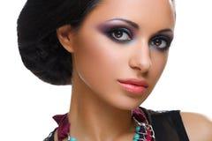 Mooi meisje met heldere levendige purpere en groene samenstelling stock foto