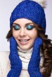 Mooi meisje met heldere make-up, krullen en glimlach Royalty-vrije Stock Afbeeldingen