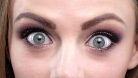 Mooi meisje met heldere make-up in verbazing Sluit omhoog Langzame Motie stock video
