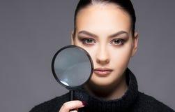 Mooi meisje met het droge dichte omhooggaande concept van het huidprobleem Royalty-vrije Stock Foto's