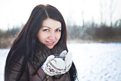Mooi meisje met hete thee in de winter Royalty-vrije Stock Foto's