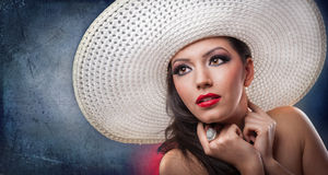 Mooi meisje met hoed in studio Royalty-vrije Stock Afbeeldingen