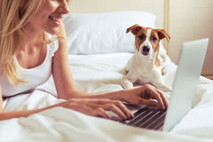 Mooi meisje met hond stock foto