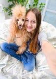 Mooi meisje met hond genomen beelden van zelf haar stock fotografie