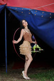 Mooi meisje met hulahoepel in ontwerperkleding royalty-vrije stock fotografie