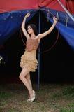 Mooi meisje met hulahoepel in ontwerperkleding royalty-vrije stock foto's