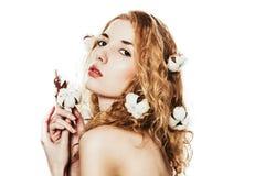 Mooi meisje met katoenen installatie Stock Foto