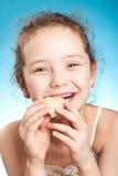 Mooi meisje met koekje stock afbeelding