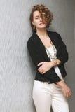 Mooi meisje met krullend haar Stock Fotografie