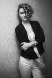 Mooi meisje met krullend haar Royalty-vrije Stock Afbeeldingen