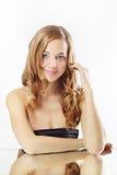Mooi meisje met lang golvend haar Stock Foto