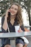 Mooi meisje met lang haar die op een celtelefoon spreken royalty-vrije stock afbeeldingen