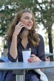 Mooi meisje met lang haar die op een celtelefoon spreken royalty-vrije stock foto