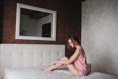 Mooi meisje met lang haar in pyjama's Stock Foto's