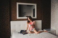 Mooi meisje met lang haar in pyjama's Stock Afbeelding