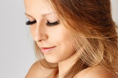 Mooi meisje met lange valse wimpers en perfecte huid royalty-vrije stock foto's