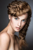 Mooi meisje met lichte samenstelling, perfecte huid Royalty-vrije Stock Fotografie