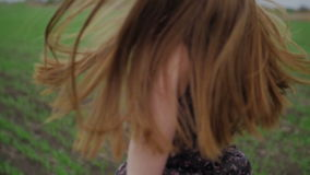 Mooi meisje met lint in donkere kleding met stock footage