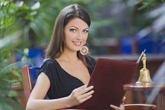 Mooi meisje met make-up in het openlucht ontspruiten Stock Foto's