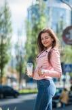 Mooi meisje met milkshake op de straat Royalty-vrije Stock Fotografie