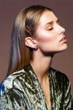 Mooi meisje met natuurlijke make-up en lang haar Stock Fotografie
