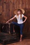 Mooi meisje met oude koffer Stock Afbeeldingen