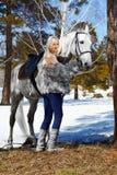 Mooi meisje met paard royalty-vrije stock afbeeldingen