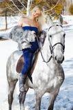 Mooi meisje met paard royalty-vrije stock afbeelding