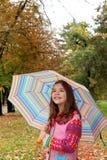 Mooi meisje met paraplu in de parkherfst stock afbeelding