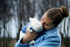 Mooi meisje met Pasen-konijn Stock Afbeeldingen