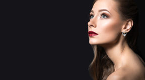 Mooi meisje met perfecte huid, donkere lippen en royalty-vrije stock afbeeldingen