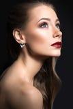 Mooi meisje met perfecte huid, donkere lippen en krullen Het Gezicht van de schoonheid Royalty-vrije Stock Fotografie
