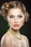 Mooi meisje met perfecte huid en heldere make-up stock fotografie