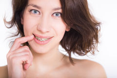 Mooi meisje met perfecte huid en multi-colored steunen die op witte backgraund stellen Stock Foto's