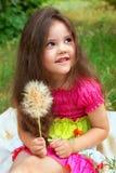 Mooi meisje met pluizige bloem royalty-vrije stock afbeelding