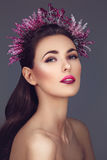 Mooi meisje met purpere make-up en hoofdstuk stock foto