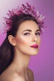 Mooi meisje met purpere make-up en hoofdstuk stock afbeelding