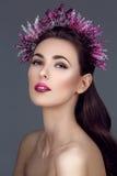 Mooi meisje met purpere make-up en hoofdstuk royalty-vrije stock afbeeldingen