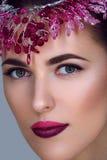Mooi meisje met purpere make-up en hoofdstuk royalty-vrije stock foto's